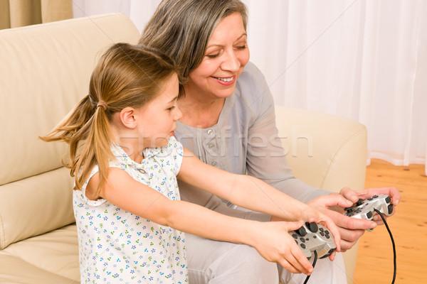 Grootmoeder kleindochter spelen computerspel enthousiast jong meisje Stockfoto © CandyboxPhoto