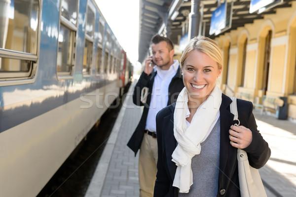 Mujer sonriente estación de ferrocarril hombre teléfono hablar teléfono celular Foto stock © CandyboxPhoto