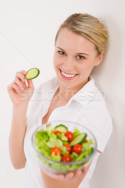 Stok fotoğraf: Gülümseyen · kadın · sebze · salata · beyaz · kadın