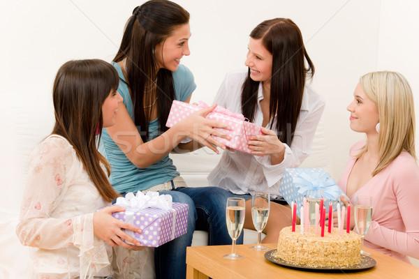Stok fotoğraf: Doğum · günü · partisi · kadın · sunmak · sürpriz · kek · parti