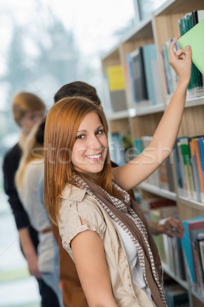 Estudante livro prateleira de livros biblioteca Foto stock © CandyboxPhoto