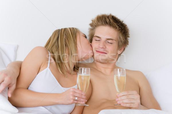 Huwelijksreis bed zoenen drinken champagne Stockfoto © CandyboxPhoto