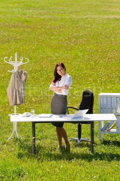 Photo stock: Femme · d'affaires · ensoleillée · prairie · nature · bureau · sourire