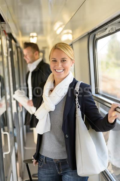 Vrouw glimlachen trein hal bagage woon-werkverkeer vrouwelijke Stockfoto © CandyboxPhoto