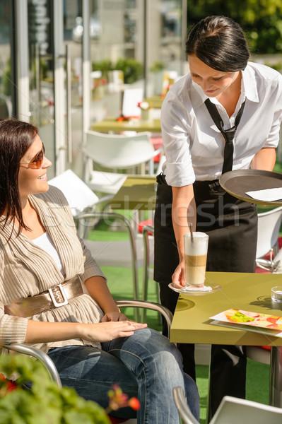 Camarera mujer Servicio bar terraza Foto stock © CandyboxPhoto