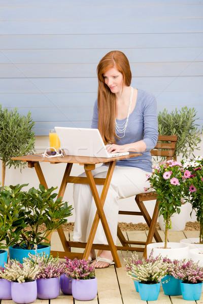 Stock fotó: Nyár · terasz · vörös · hajú · nő · nő · laptop · kert