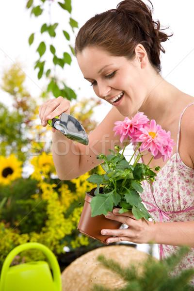 Grădinărit femeie ghiveci de flori lopată alb Imagine de stoc © CandyboxPhoto