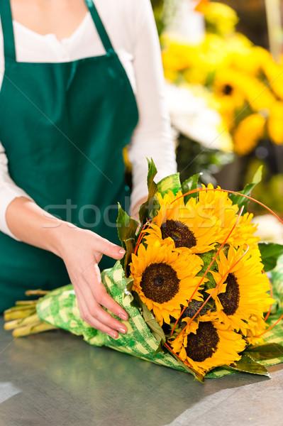 Foto stock: Florista · girasoles · ramo · ayudante · amarillo