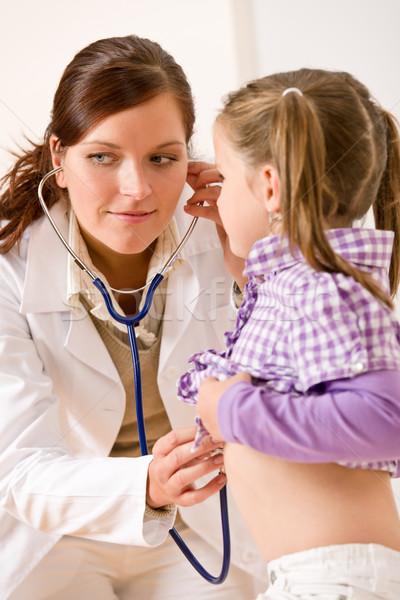 Femenino médico examinar nino estetoscopio médicos Foto stock © CandyboxPhoto