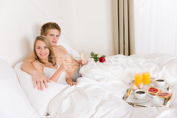Lujo hotel luna de miel desayuno Pareja cama Foto stock © CandyboxPhoto