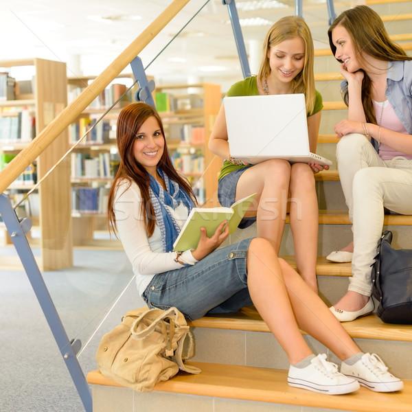 Сток-фото: группа · школу · Одноклассники · исследование · библиотека · три