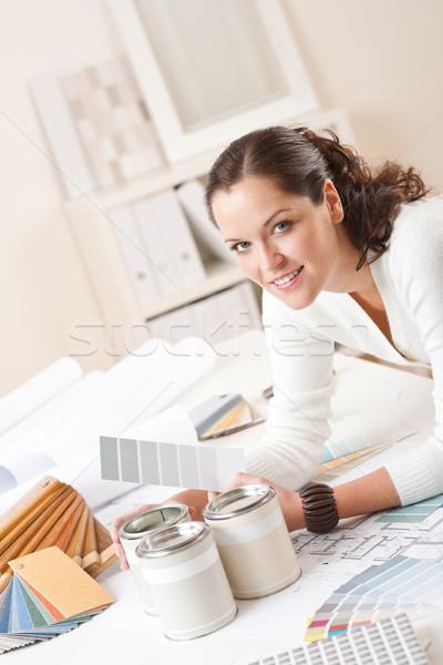 Jóvenes femenino decorador de interiores oficina pintura color Foto stock © CandyboxPhoto