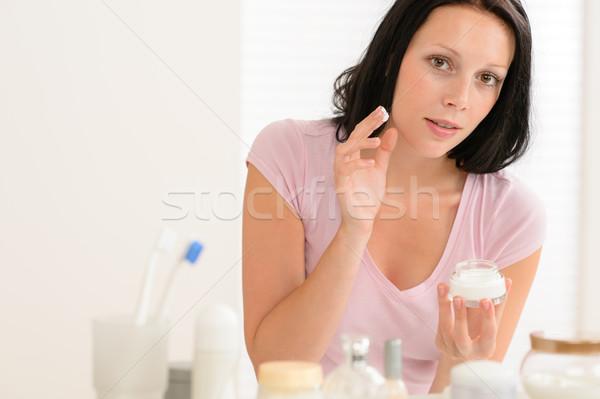 Schönheit Frau Feuchtigkeitscreme Sahne Bad Spiegel Stock foto © CandyboxPhoto