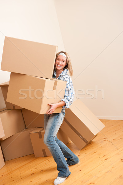 Költözés nő tart nehéz karton doboz Stock fotó © CandyboxPhoto