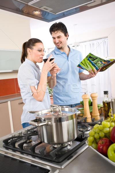 Młodych szczęśliwy para gotować kuchnia książka kucharska Zdjęcia stock © CandyboxPhoto