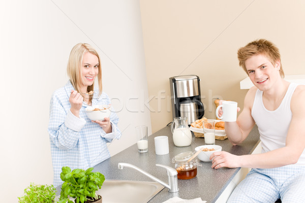Ontbijt gelukkig paar eten granen drinken Stockfoto © CandyboxPhoto