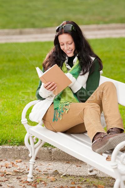 Stock fotó: ősz · park · pad · fiatal · nő · olvas · könyv