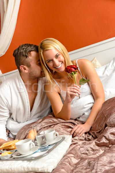 Romantische paar knuffelen bed motel vieren Stockfoto © CandyboxPhoto