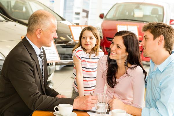 汽車經銷商 情侶 文書 汽車 推銷員 商業照片 © CandyboxPhoto