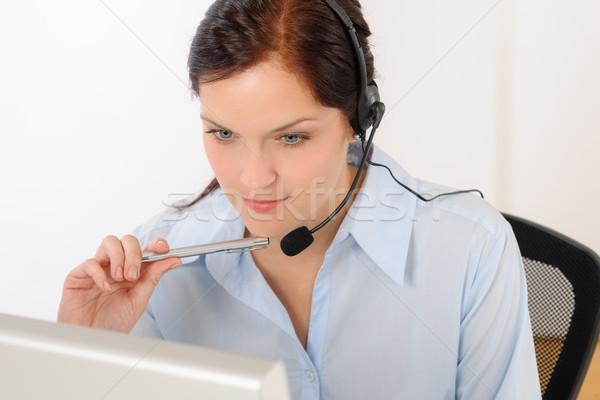 Professionele call center vertegenwoordiger vrouw kijken computer Stockfoto © CandyboxPhoto