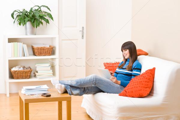 Photo stock: Adolescent · fille · détendre · maison · écran · tactile