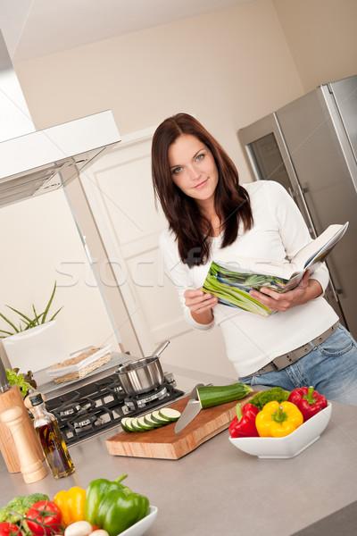 Foto d'archivio: Lettura · ricettario · cucina · guardando · ricetta