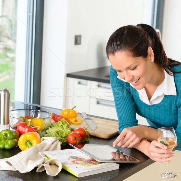 Mujer sonriente búsqueda receta tableta cocina hortalizas Foto stock © CandyboxPhoto