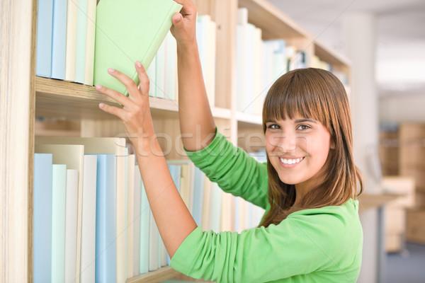 Photo stock: étudiant · bibliothèque · heureux · femme · choisir · livre