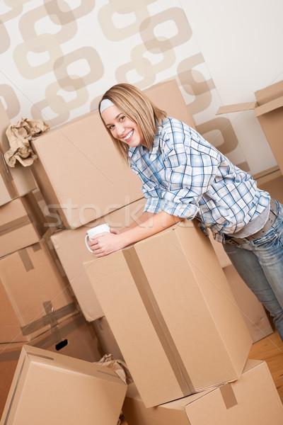 Költözés nő doboz új otthon csésze kávé Stock fotó © CandyboxPhoto