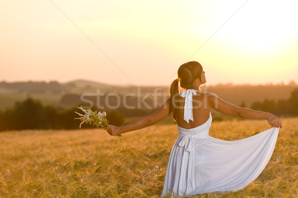 Romantische vrouw zonsondergang mais veld dragen Stockfoto © CandyboxPhoto