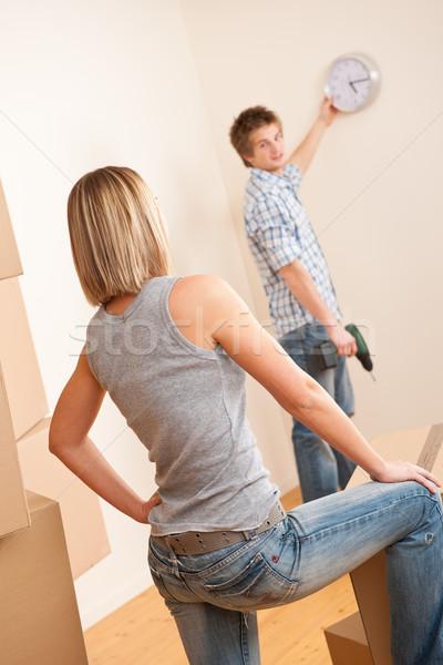 Költözés fiatal pér akasztás óra fal új ház Stock fotó © CandyboxPhoto