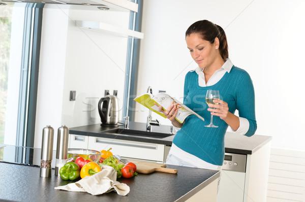 Mulher dona de casa leitura cozinhar livro receita Foto stock © CandyboxPhoto