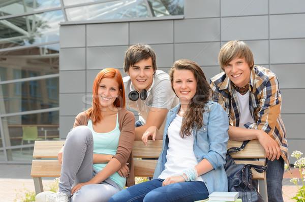 Öğrenciler arkadaşlar oturma bank dışında kampus Stok fotoğraf © CandyboxPhoto