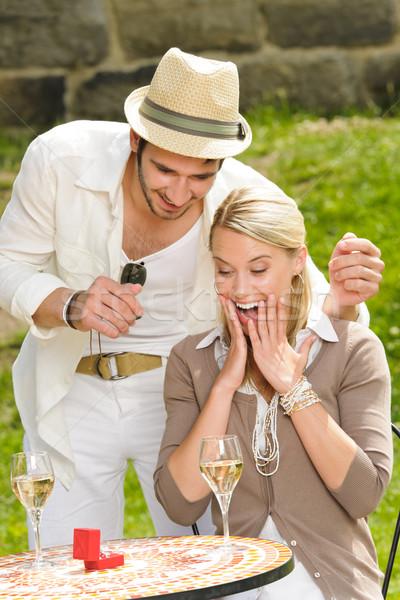 Verwonderd vrouw trouwring zonnige terras jonge man Stockfoto © CandyboxPhoto