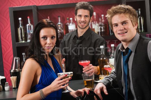 Szczęśliwy znajomych koktajl bar cieszyć się napojów Zdjęcia stock © CandyboxPhoto