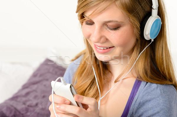 Vers puber meisje luisteren naar muziek mp3-speler gelukkig Stockfoto © CandyboxPhoto
