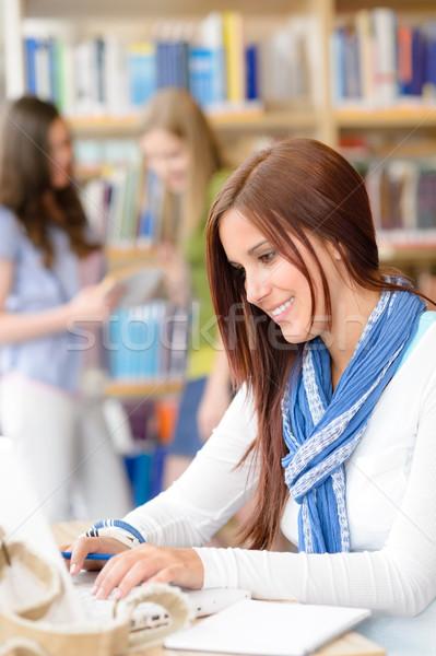 Сток-фото: молодые · студент · девушки · библиотека · набрав · ноутбука