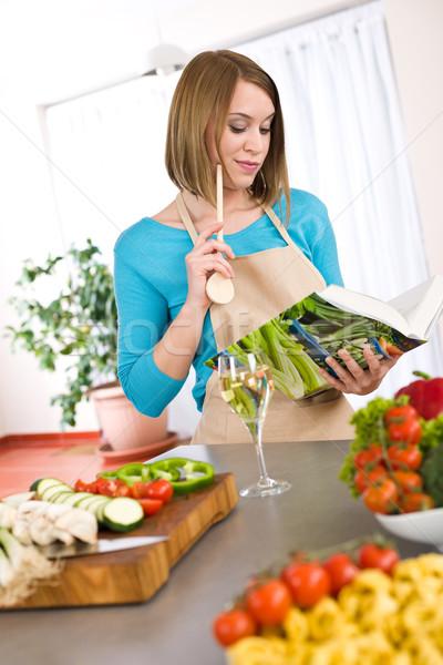 Gotowania kobieta czytania książka kucharska kuchnia przepis Zdjęcia stock © CandyboxPhoto