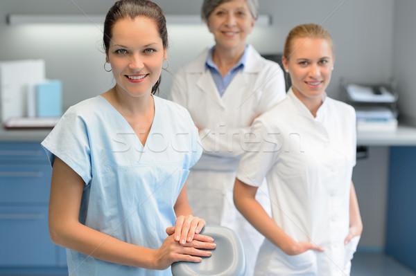 Três dentista mulher equipe cirurgia dentária olhando Foto stock © CandyboxPhoto