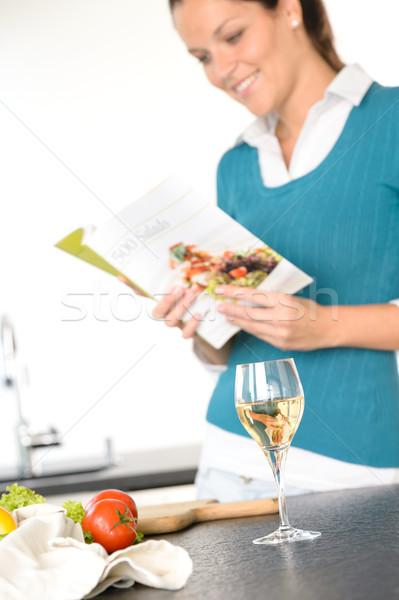 Donna lettura ricetta cottura libro cucina Foto d'archivio © CandyboxPhoto