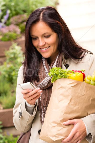 Mosolygó nő vásárlás zöldségek mobiltelefon sms élelmiszer Stock fotó © CandyboxPhoto