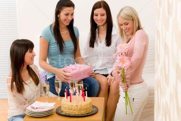 Stok fotoğraf: Doğum · günü · partisi · kadın · sunmak · çiçek · sürpriz · parti