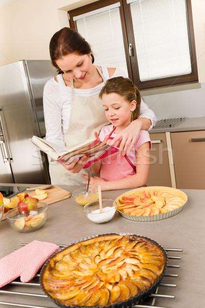 Matka córka wygląd książka kucharska szarlotka Zdjęcia stock © CandyboxPhoto