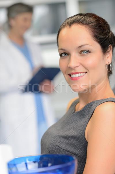 Elegante mujer paciente dentista cirugía sonriendo Foto stock © CandyboxPhoto
