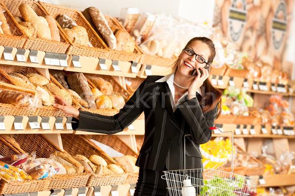 Stok fotoğraf: Bakkal · iş · kadını · cep · telefonu · süpermarket · gıda · ekmek