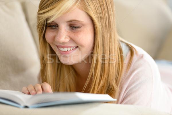 Foto d'archivio: Sorridere · studente · adolescente · lettura · libro · divano