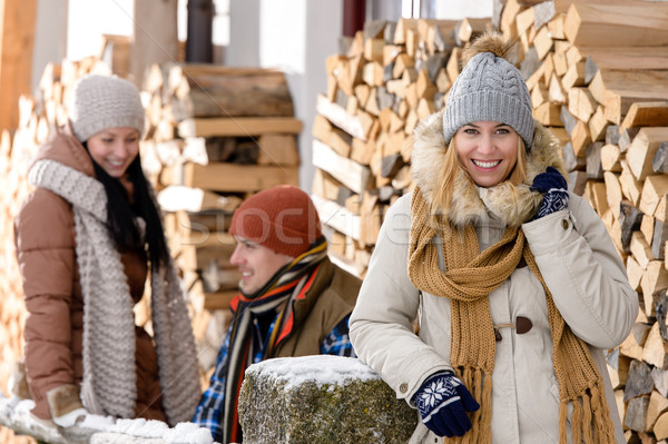 Foto stock: Jovens · fora · inverno · casa · de · campo · mulher
