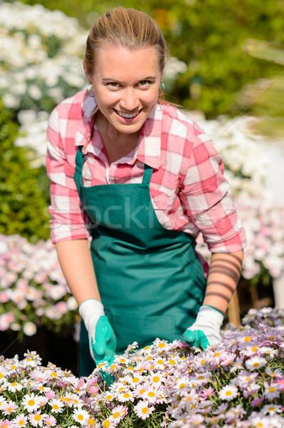 Jardin centre femme parterre de fleurs souriant travailleur Photo stock © CandyboxPhoto