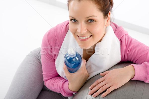 Сток-фото: Фитнес-женщины · расслабиться · фляга · мяча · воды · спортзал
