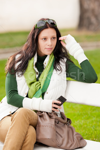 Stock fotó: ősz · park · pad · fiatal · nő · tart · telefon